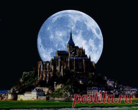 Мон-Сен-Мишель и Луна.