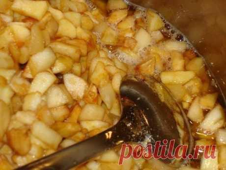 Заготовка из яблок для пирога  Это так называемая пятиминутка. Если много яблок на даче, то вполне можно их заготовить этим способом, а зимой использовать для приготовления пирогов или шарлоток. Я закатываю литровые банки. Одной банки как раз хватает на один пирог.  Для приготовления понадобится: • яблоки - 1 кг.; • сахар - 200 гр. Приготовление: 1. Яблоки почистить от сердцевины и порезать кубиками (чистить или не  чистить кожуру решайте, исходя из внешнего вида яблок и с...