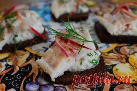 Рыбный бутерброд | Foodbook.su Рыбу для этих бутербродов можно использовать любую. В нашем рецепте - филе сибаса. Если винного уксуса нет, используем яблочный.