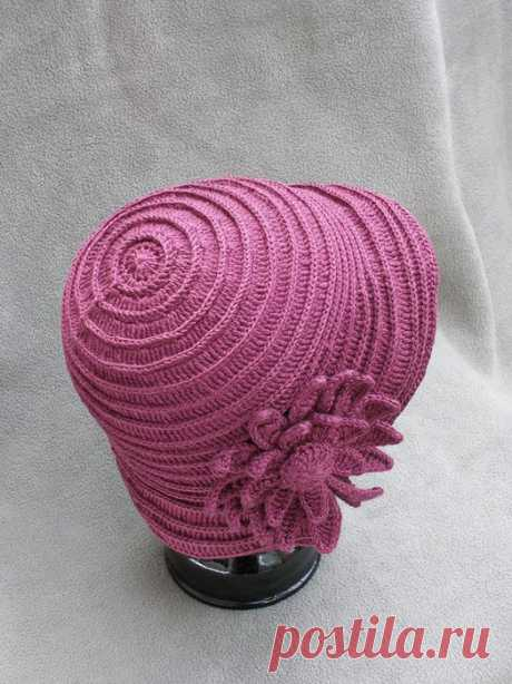 Розовая шляпка с цветами крючком