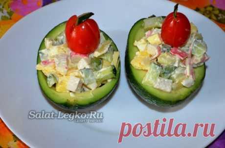 Салат в авокадо, крабовыми палочками и огурцом, рецепт с фото