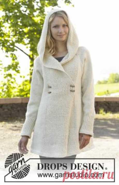 El abrigo femenino por los rayos con la capucha el abrigo Lujoso blanco femenino por los rayos vinculados del hilado de lana, en que composición entra la lana alpaki. El abrigo vinculado por los rayos será excelente...