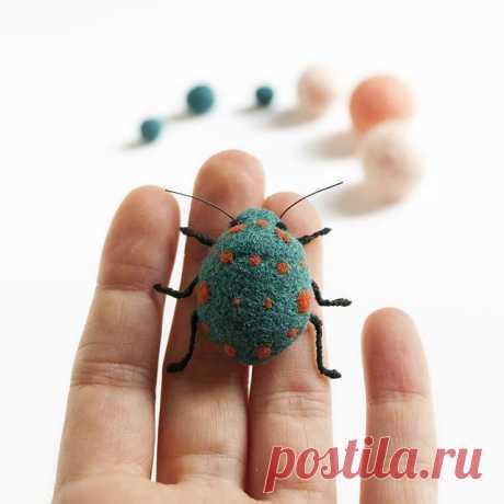 Bugs bugs bugs See more on my Etsy shop! Link in profile. . . . #giftidea #livethelittlethings #cuteanimals #creatorslane#smallshop#bugs #contemporaryjewelery #handmadejewelry #bijoux #makers #fiberlove #makersgonnamake #cosasdelana #makersvillage @makersvillage #woolart #fibersculpture #creativeminds#handmadeloves #insects #craftsposure@craftsposure #etsysucces#littleshopbigdreams #differencemakesus #sculpture  #handmadecurator #foundmademodern #handmadehq #creativehappylife #wowetsy