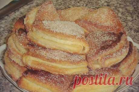 Печенье из творога  Ингредиенты: 400 г творога смешать с 250 г маргарина (натертого на терке) добавить 480 гр муки с 1 ч.л разрыхлителя Соль щепотка.  Способ приготовления: Раскатать тесто и выдавить кружки.  Каждый кружок обмакнуть одной стороной в сахар, сложить пополам обсахарённой стороной внутрь, получившейся полукруг опять обмакнуть в сахар и снова сложить засахарённой стороной внутрь, одну сторону получившегося треугольника обмакнуть в сахаре.  На противень выложите...