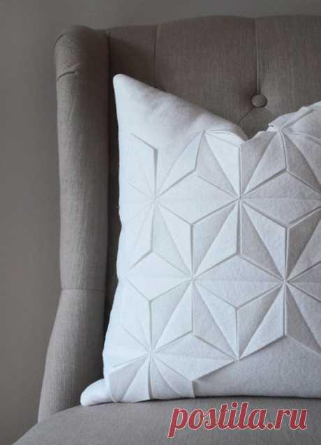 La almohada la ropa A la moda y el diseño del interior por las manos