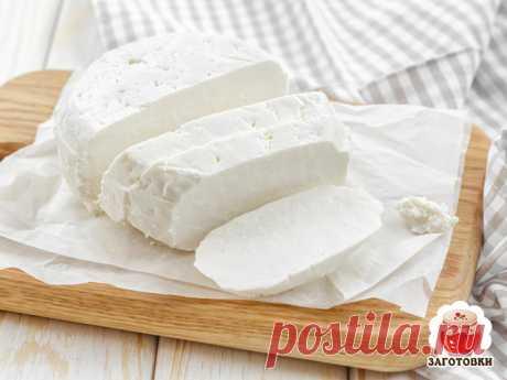 Домашний адыгейский сыр  Ингредиенты: 2 литра молока 1 литр кефира 1ст.л. соли 4 яйца  Приготовление: Молоко с кефиром ставим на плиту разогреваться и тем временем взбиваем яйца с солью. В теплую кефирно-молочную смесь вводим яйца, все время помешивая. Доводим до кипения и оставляем на медленном огне на полчаса, пока не отделится прозрачная сыворотка. Застилаем дуршлаг марлей и процеживаем будущий сыр (сыворотку потом можно использовать для выпечки блинов, оладьев или хлеб...