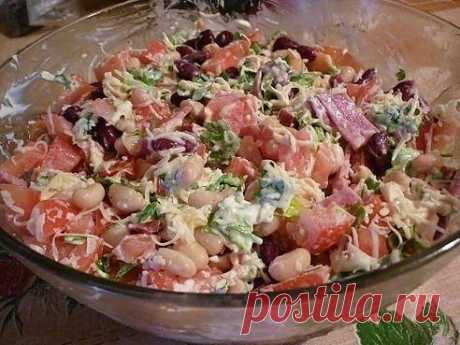 Салат с фасолью, помидорами и колбасой   Ингредиенты:  1 банка консервированной фасоли ( только не в томате),  2 помидора,  50 гр. петрушки,  50 гр. копченой колбасы,  50 гр. сыра,  2 ст. ложки майонеза.    Приготовление:  1.Колбаса режется соломкой, сыр трется на мелкой терке, помидоры крошатся кубиками, петрушку мелко покрошить, все ингредиенты смешиваются и заправляются майонезом.  2.Вкусно нео