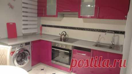 Кухня: светлая кухня с акцентом на фуксии