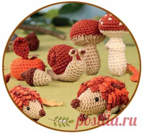 Игрушки осеннего леса: 9 забавных персонажей связаны крючком Игрушки осеннего леса, в виде ежа, улитки, нескольких грибов, листььев и плодов деревьев связаны крючком. Описания вязаний каждого из них прилагаются.