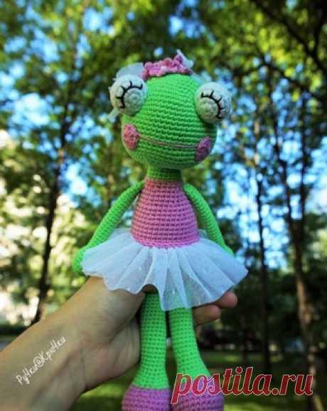 Лягушка-балерина амигуруми. Схемы и описания для вязания игрушек крючком! Бесплатный мастер-класс по вязанию лягушки-балерины крючком от Марии Костюченко. Высота вязаного лягушонка примерно 27 см. Из описания схемы вы также…