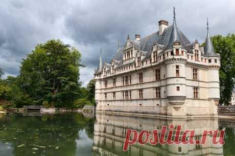 Лучшие французские замки  Замок Азе-лё-Ридо (Château d'Azay-le-Rideau)  Многие считают этот замок самым красивым в долине Луары. Тем удивительнее, что он был основан Ридо Де Азеем — человеком крайне жестоким, получившим прозвище «Дитя дьявола».  Здесь в 1418 произошло столкновение герцога Бургундского, владевшего замком, и наследника французского престола Карла VII. Сбежавший из Парижа Карл хотел скрыться на территории замка, но не смог. В результате замок сожгли дотла, а ...