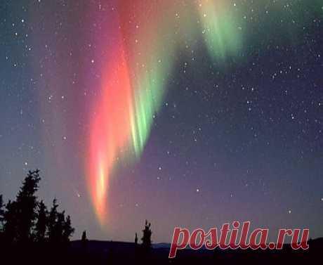 —Северное сияние.    Появляется при столкновении высокоэнергетических элементарных частиц при столкновении с ионосферой Земли.