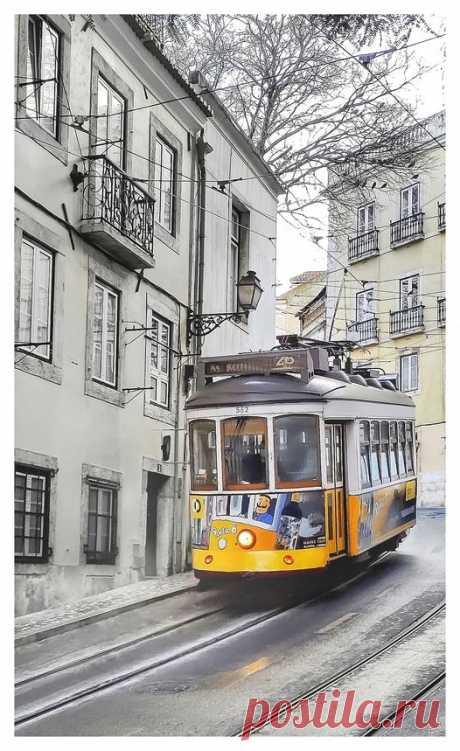Elétrico 28 na Rua de São Tomé. Lisboa 💟