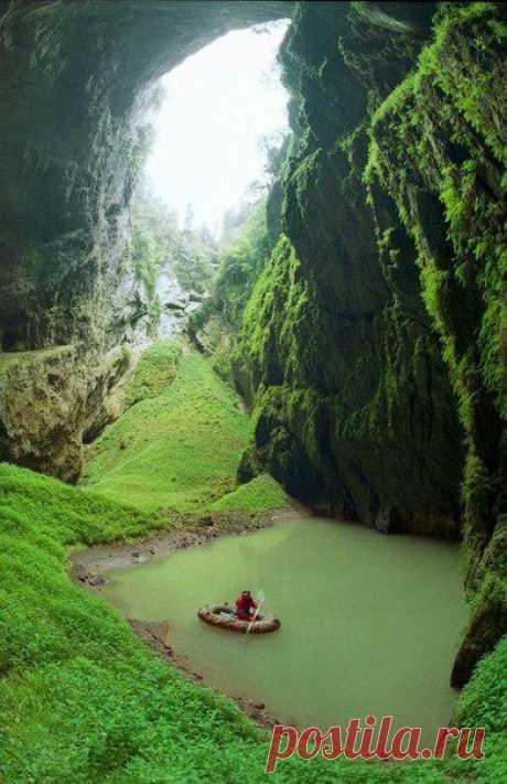 Пропасть посреди Европы. Всемирно известная пропасть Мацоха глубиной 138 метров является самой большой пропастью такого типа в Чехии. Рядом с пропастью находятся живописные пещеры и озеро. Чехия