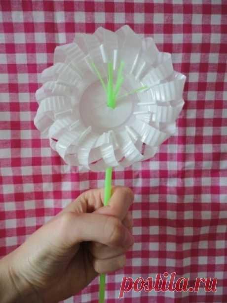 Делаем цветочек из трубочки и пластикового стаканчика - Поделки с детьми | Деткиподелки