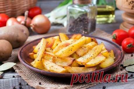 Запечённый картофель с травами  Ингредиенты:  Паприка — 0.5 ч.л. Итальянские травы — 0.5 ч.л. Картофель — 1 кг Соль — по вкусу Масло оливковое — 2 ст. л.  Приготовление:  1. Картофель очистить от кожуры и нарезать вдоль на четыре части. Более крупные клубни сначала нарезать пополам, а потом на дольки. 2. Выложить картофельные дольки на дуршлаг и промыть холодной водой, чтобы смыть крахмал. 3. В большой кастрюле вскипятить воду. Опустить картофель в кипящую воду и довести д...
