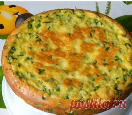 El pastel con los huevos y la cebolla - verde más sabroso, primaveral, solar