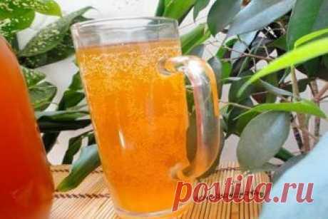 МЕДОВЫЙ КВАС  Медовый квас – освежающий напиток, который подарит бодрость. Готовить такой напиток на удивление просто, а получается он очень вкусный, шипучий и сладкий. Главное, чтобы под рукой были свежие качественные продукты и хорошее настроение.  Ингредиенты для приготовления медового кваса:  Вода очищенная — 1 литр Мед цветочный — 250 грамм Лимон большого размера — 2 штуки Дрожжи сухие — 0,5 чайной ложки  Как готовить:  1. Для приготовления медового кваса нам понадоби...