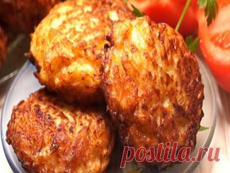Капустные котлеты.  Котлетки получаются невероятно вкусные, ароматные, хрустящие. Слюнки текут уже от одного их вида: золотистые, прекрасной формы, нежные, сочные.  Капустные котлеты являются вкусным, полезным и очень доступным блюдом. Их можно использовать в качестве оригинального гарнира или самостоятельного блюда. При подаче котлет из капусты часто используют горчицу, сметану, томатный или грибной соус.  Капустные котлеты невероятно популярны у вегетарианцев. Однако, он...