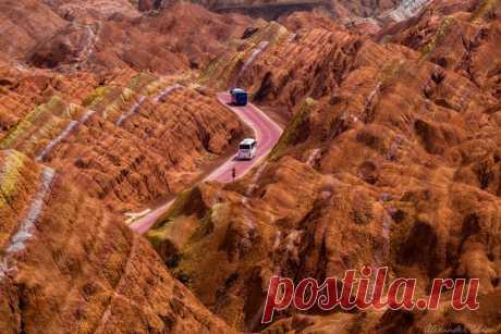 Дорога в цветных горах. Национальный геопарк Чжанъе Данься, Китай. Автор фото – Александр Чазов.