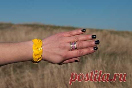 Оранжевый яркий и радостный цвет❤ чтобы счастье всегда было рядом, - вуаля, браслет из натуральной эластичной кожи. Застежка кнопка. Авторская работа, доступно для заказа, пишите в директ или whatsApp  #оранжевыйцвет #кожаныефетиши #рок #браслет #дизайнбраслета