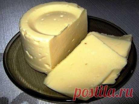 """Сыр """"Сливочный"""" домашний проcто объедение!  Ингредиенты:  творог — 1 кг молоко — 1 л яйцо — 3 шт масло сливочное — 100 гр сода — 1 ч.л. соль (или по вкусу) — 1,5 ч.л.  Приготовление:  1. Чтобы получился хороший сыр, творог должен быть сухой и не жирный. 2. Положить в молоко творог и нагревать до кипения и варить 7-10 минут, периодически помешивая. Если творог был не жирный и сухой, то он сразу начнёт слегка плавиться и немного тянуться. 3. Готовую массу откинуть на дуршлаг..."""