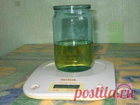 Самодельный майонез Майонез получается очень густой, не расслаивается, в холодильнике может храниться, не портясь, до двух недель. Ингредиенты – одно яйцо; – 250 мл подсолнечного масла (рафинированного, без запаха, не рапсового); – одна чайная ложка сахара; – треть  чайной ложки соли; – одна столовая ложка лимонного сока; – по желанию специи (добавим одну чайную ложку горчицы – получим майонез «провансаль», добавим чеснок и мелкими кусочками соленый огурец – получим майоне...
