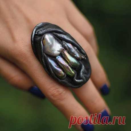 Крутейшее кольцо из кожи и барочного жемчуга! Его размер регулируется. В наличии и без повтора.