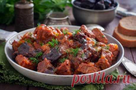 Необычайно вкусная говядина с черносливом - Вкус жизни - медиаплатформа МирТесен Говядина — диетическое мясо, а в сочетании с черносливом получается просто сказочно вкусной. Такое блюдо можно даже тем, кто на диете. Чернослив помогает мясу быстрее усваиваться, блюдо получается легкое и не тяжелое для желудка. Подавать говядину можно с любым гарниром, очень вкусно с картофельным