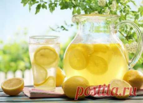 Как приготовить домашний лимонад В жаркие дни нашему организму требуется больше жидкости.Летом, когда огромный выбор ягод и фруктов, в домашних условиях можно приготовить много разных прохладительных напитков. Это, морсы, холодный чай, квас, и конечно же домашний лимонад.