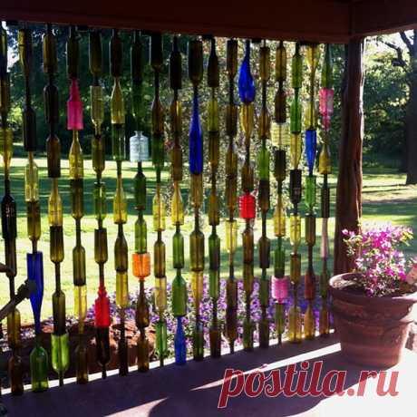Идея применения большого количества стеклянных бутылок на даче
