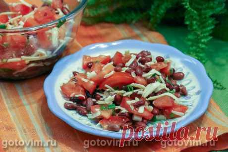 Салат из фасоли с помидорами и сыром. Рецепт с фото Для салата подойдет вареная или готовая консервированная фасоль. Главное, чтобы она вам нравилась, а будут ли бобы белые, красные или черные - решайте сами.Не жалейте свежую зелень: в этом салате чем её больше, тем вкуснее. Помидоры берите спелые, мясистые. Сыр тыердых сортов можно смело заменить на моцареллу, адыгейский или даже копченый. Фасолевый салат все равно будет вкусный, только немного отличатся от приведенного рецепта. Пробуем?
