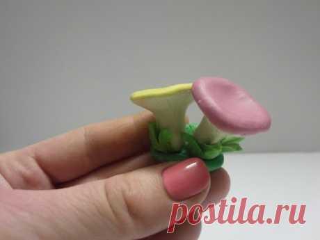 Лепим сыроежки из пластилина или из всеми любимого play dough. Также такую фигурку можно слепить из полимерной глины, марципана или мастики в качестве украшений для тортов.