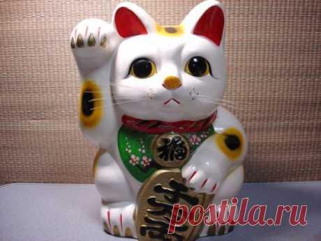 МАНЕКИ-НЭКО - КОТ УДАЧИ.   Если вы хотите, чтобы в доме поселились счастье и удача, воспользуйтесь магической силой манеки-неко - милым японским талисманом, изображающим кошку с поднятой лапкой.  В переводе с японского «манек…