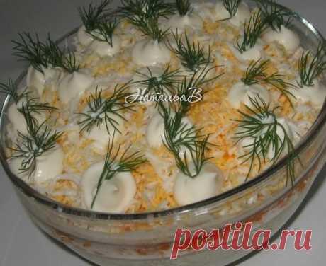 """Салат """"Лисья шубка"""" Салат """"Лисья шубка"""" Сельдь с/с - 1шт Картофель - 2шт. Морковь - 2шт Яйцо - 3шт. Майонез Сельдь очистить от костей и мелко нарезать. Овощи и яйца отварить,"""
