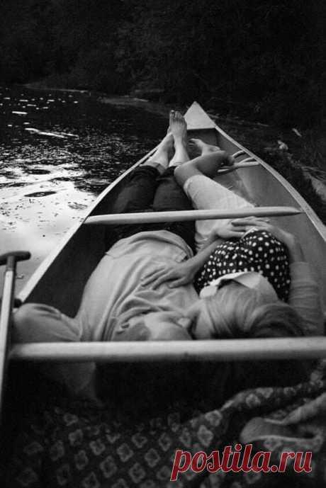 Признавайтесь в любви, даже если боитесь отказа, Даже если на все сто процентов уверены в нём. Говорите смешные слова и нелепые фразы, Озаряйте обыденность тусклую ярким огнём.  Признавайтесь в любви, не жалея ни слов, ни эмоций. И не бойтесь остаться, растратив себя, на мели. В жизни, кроме любви, нет других маяков, карт и лоций. А без них кораблям никогда не достигнуть земли.  Признавайтесь в любви тем, кто нужен вам, дорог и близок. (Лучше сделать, чем плакать, что мог,...