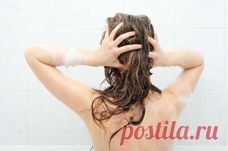 Как помыть голову правильно - Журнал Советов Вымыть голову — что может быть проще? Оказывается, это тоже можно делать неправильно! Вот несколько правил, разобранных трихологом. 1. Мой когда хочешь Наверняка тебе говорили, что каждый день голову мыть нельзя. Правило на самом деле простое: мыть по необходимости. Если волосы жирные и нуждаются в ежедневном мытье, дай им это. Можешь обходиться неделю — тоже […]