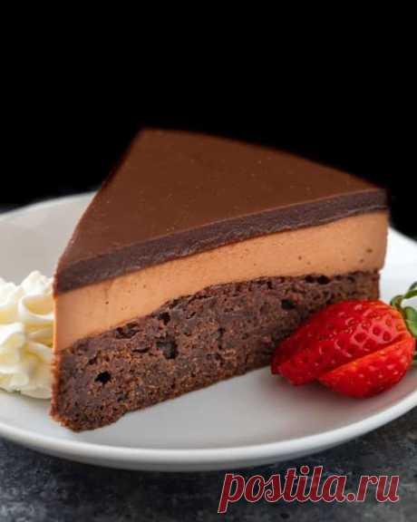 Трехслойный шоколадный торт с Нутеллой.