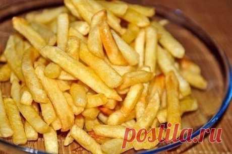 Картофель фри в духовке. Картофель (2 кг) Растительное масло (2 ст. ложки) Паприка сладкая (2 ч. ложки) Соль (1,5 ч. ложки) Картофель очистить и нарезать брусочками. В миске (или кастрюле) с высокими краями перемешать картофель, соль, паприку и растительное масло. Выстелить противень фольгой и выложить на него картофель. Разогреть духовку до 230-250 градусов и только тогда ставить картофель. Запекать картофель фри в духовке около 40 минут до румяной корочки.