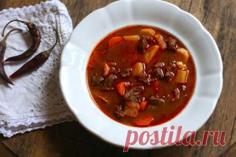 Настоящий венгерский гуляш: секреты пастушьего супа      Гуляш занимает неопределенное положение в пищевой иерархии. Медленное блюдо одновременно можно назвать супом, рагу и айнтопфом — строгой позиции на этот счет у кулинаров нет. Гуляш является нацио…