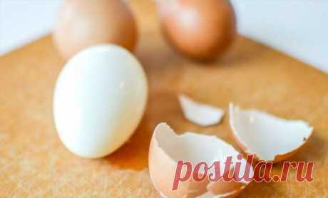 Чистим яйцо за секунды: катаем по столу | Люблю Себя