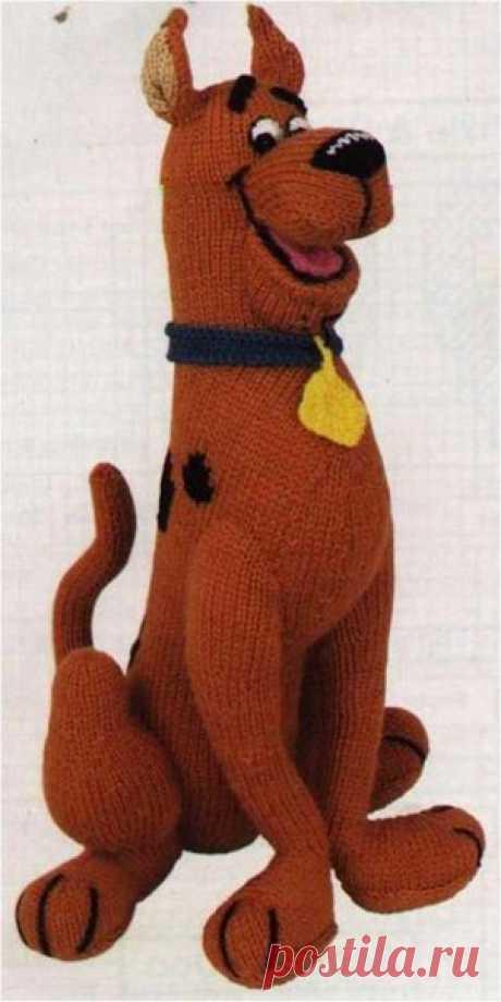 СКИБУ ДУ  #Описания_игрушек@toysknitted   #Собаки@toysknitted   Пряжа: 200г коричневой (но думаю ваш скуби может быть на ваш вкус);  20г черной;  понемногу бежевой, белой, желтой, голубой и розовой;  Спицы: 3мм;  Крючок: 2,5 мм;  Белые и черные нитки, а так же наполнитель.  Игрушка размером 40-45 см  Туловище.  Начинаем вязать с низу.  Коричневой пряжей набираем 20 п.  1р – лиц.  2р и все четные ряды изн.п.  3р – (1лиц,пр) (30)  5р – (2лиц,пр) (40)  6-8р лиц гладь  9р – (3...