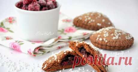 Шоколадное печенье с вишней     Хочу предложить Вам просто потрясающее печенье. Шоколадное тесто, кисленькая вишенка и завершающий штрих, сладкий, хрустящий сахар. Можн...