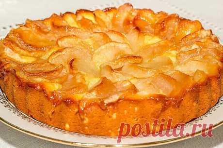 Очень яблочный пирог  Очень яблочный пирог по вкусу похож на суфле. Он очень сочный и ароматный.  Продукты (на 4 порции) Яблоки - 2 шт. Яйцо - 1 шт. Мука - 70 г Сахар - 70 г Орехи грецкие - 50-60 г Изюм - 50 г Разрыхлитель - 0,5 ч. л. без верха Соль - 2 щепотки Масло растительное - 50 мл Сахарная пудра - для посыпания   Куриное яйцо разбейте в глубокую емкость, всыпьте туда же соль и сахарный песок. Тщательно взбейте венчиком или вилкой.  Влейте в яичную массу растительное...