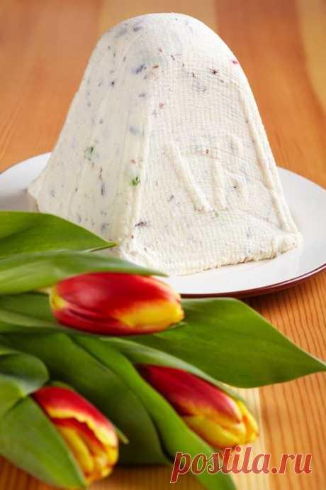 Творожная пасха  Это классический рецепт творожной пасхи. Ингредиенты 500 гр. творога 100 гр. сливочного масла 3 яйца 20 мл. жирных сливок 100 гр. сахарной пудры 50 гр. цукатов 50 гр. орехов (любые) ваниль