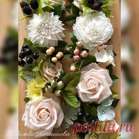 Металлическая шкатулка с декором из цветов) диаметр приблизительно 15 см., готовлю подарки на 8 марта 🎁 😁 по-моему, незаменимая вещь, для хранения всяких мелочей - от ниток/иголок/пуговиц до резинок/заколок/шпилек))) 😁 #полимернаяглина #цветыизхолодногофарфора #подаркиручнойработы #hendmade #холодныйфарфор #wb_f  #керамическаяфлористика #ручнаяработа #цветывинтерьере #подарки #still_life_gallery #декор #подарокнижнийновгород #цветыизглины #интерьерныештучки #интерьер #д...
