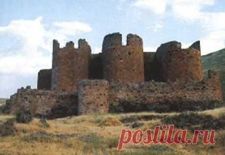 ԲԱԶՄԱՄԱՏՈՒՅՑ ՄԱՂԱՍԱԲԵՐԴԸ – 😔 Մեծ Հայքի Այրարատ նահանգի Շիրակ գավառում` Ախուրյան գետի աջափնյա ձորաեզրին բարձրացող ժայռի վրա, Անի քաղաքից 4 կմ. հարավ: Շապուհ Բագրատունու վկայությամբ բերդը 6-րդ դարում հիմնել է Բյուզանդիայի Մորիկ կայսեր (582–602 թթ.) կողմից Հայաստան ուղարկված չար ու անօրեն հայազգի Մաղաս կուսակալը և իր անունով կոչել Մաղասաբերդ: 10-րդ դարում պատկանել է Բագրատունիներին և եղել Անի մայրաքաղաքի պաշտպանական ամրություններից մեկը, այնուհետև անցել է Կամսարական նախարարական տոհմին,