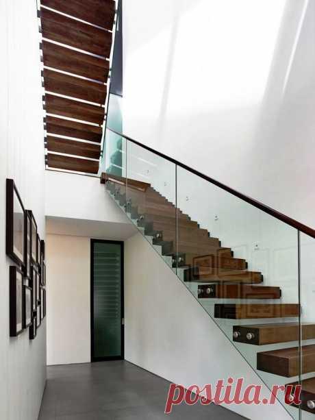Стеклянная консольная лестница на самонесущем стекле