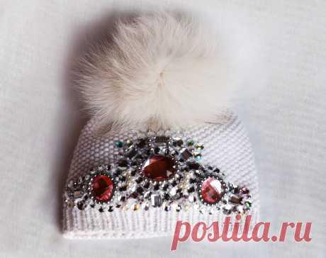 Как украсить вязаную шапку своими руками: лучшие фото-идеи. Как красиво украсить вязаную шапку бусинами, стразами, помпонами, аппликацией