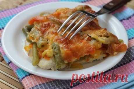 Куриный стейк с овощами Ингредиенты: -Куриное филе — 2 шт (500 г); -Морковь — 1 шт (маленькая или половинка) (50-60 г); -Сладкий перец — половинка (50 г); -Лук репчатый — половинка (50 г); -Кабачок или цуккини — половина (100 г); -Стручковая фасоль — 80-100 г; -Помидоры черри — 5-6 шт (100 г); -Сыр Моцарелла — 100-150 г; -Чеснок — 2 зубчика (5 г); -Соль и перец по вкусу. Приготовление: Разогреваем духовку до 200 С градусов.Куриное филе моем и разрезаем вдоль на 4 стейка. Получившиеся стейки…